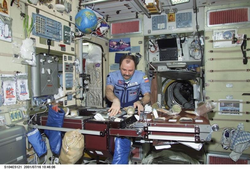 Y.V. Usachev prépare le repas dans le module de service du segment russe