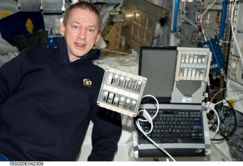 L'astronaute F. de Winne montre l'Expérience FOAM (étude de la structure des mousses)