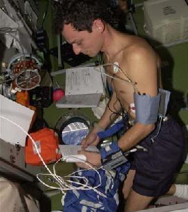 L'astronaute Duque avec l'équipement Portapress