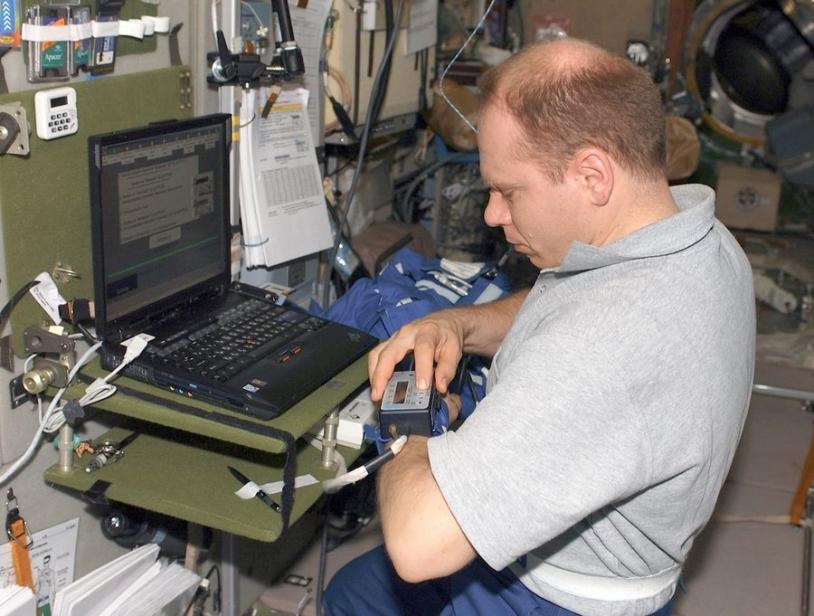 Cosmonaute Kotov utilisant le matériel Portapress lors de l'Expédition 15