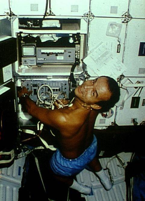 P. Baudry réalisant l'expérience ECHOGRAPHIE lors de la Mission 51G