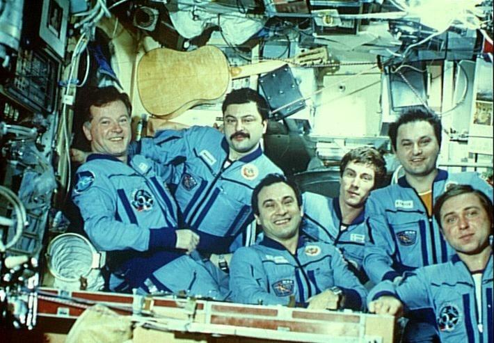 Equipage a bord de MIR lors de la mission Aragatz