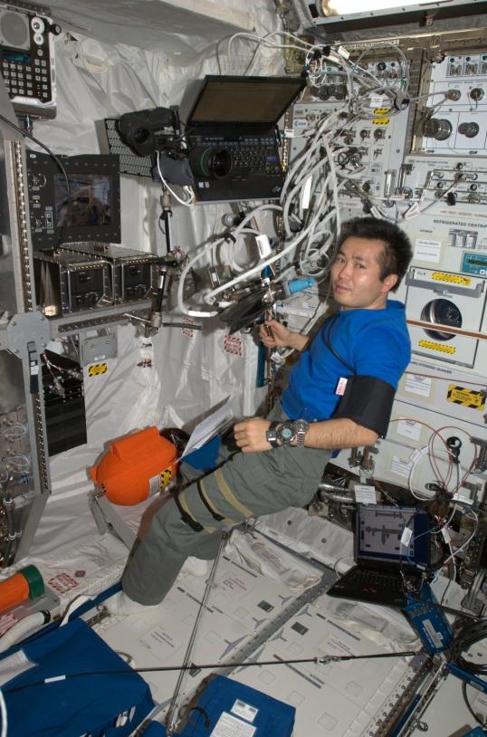 Session à bord de l'ISS dans le module Columbus - crédit NASA