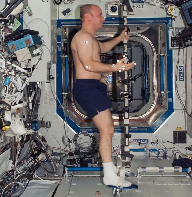 Astronaute (Reisman) exécutant l'expérience ELITES2 à bord ISS (crédit NASA)