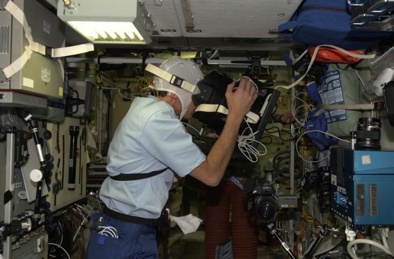 Duque réalisant l'expérience Neurocog 2 lors de la mission Cervantes