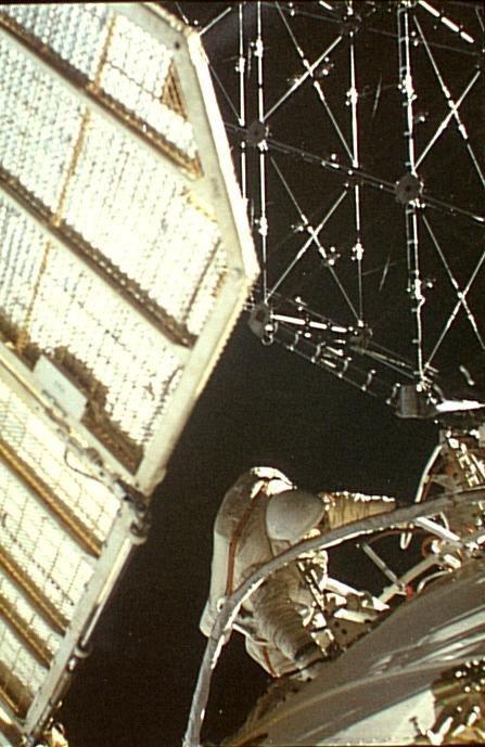 Installation ERA sur MIR lors d'une sortie extra-véhiculaire (Mission ARAGATZ)