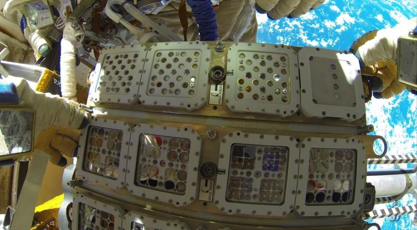 retrait d'un couvercle d'EXPOSE R2 par le cosmonaute (crédit NASA)