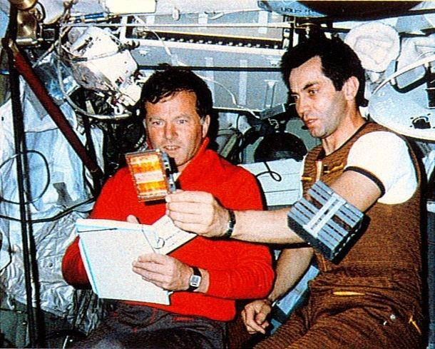 Vérification des cassettes de l'expérience CYTOS II par J.L Chrétien (mission PVH)
