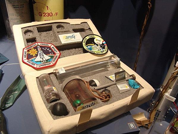 double de la mallette utilisée lors du vol Aragatz emmenée à bord de la navette et ramenée lors de la mission STS-78/LMS