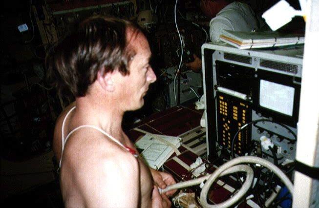 J.P. Haigneré utilise l'échographe de l'expérience Orthostatisme (mission Altaïr)