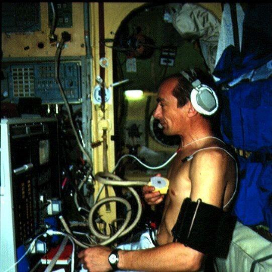 """Expérience d'échographie """"télé-assistée"""" lors de la mission ALTAIR effectuée par le spationaute Haigneré"""